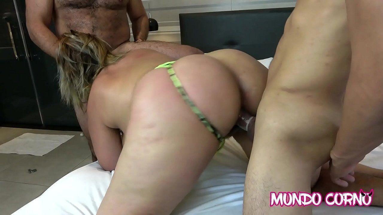 Gostosa bem safada fazendo sexo com força
